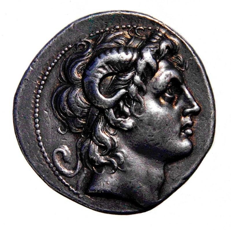نقره دراخمای یونان (سکه یونان باستان) به نام اسکندر کبیر ضرب شده، که اسکندر را با شاخهای آمون-را به تصویر می کشد (۲۴۲/۲۴۱ پیشازمیلاد، ضرب پس از مرگ). در موزه بریتانیا به نمایش گذاشته شده است.