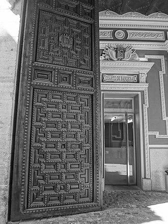 Cuartel del Conde-Duque - Image: Antique Wooden Door, Front Entrance Cuartel del Conde Duque 02