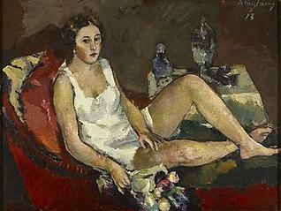 Junge Frau auf rotem Sofa