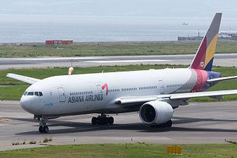 Asiana Airlines, B777-200, HL7756 (19406318765).jpg