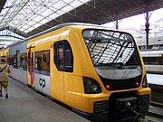 Ein Suburbano-Zug der Baureihe 3400 im Bahnhof Porto São Bento