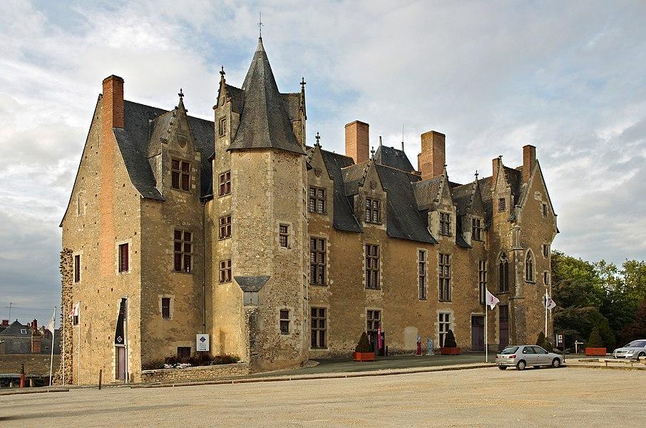 Baugé-en-Anjou (Maine-et-Loire)  Le château.  Au début du XIe siècle, il y eu une forteresse au confluent du Couesnon et de l'Altrée. Forteresse construite par Foulques III Nerra, le comte d'Anjou, pour faire face à son concurrent le comte de Blois.   Au premier tiers du XVe siècle, Yolande d'Aragon*, duchesse d'Anjou et belle-mère de Charles VII, fait construire un château à l'intérieur de l'enceinte fortifiée. Yolande d'Aragon fera incendier le château en 1436, afin qu'il ne tombe pas aux mains des anglais*.  Le fils de Yolande d'Aragon, René, héritera d'une ruine en 1442.  René d'Anjou*, duc de Lorraine, roi de Sicile, comte de Provence, pair du royaume, après la mort de sa mère (novembre 1442), se consacra presque entièrement à l'Anjou. Les châteaux de Saumur, Baugé, Beaufort, des Ponts-de-Cé sont restaurés, améliorés, agrémentés de jardins.  René fut l'un des premiers à construire des manoirs de plaisance, avec une architecture nouvelle, mélange du château seigneurial et de la maison de ville, premier pas vers le château Renaissance. L'architecte qui reconstruira Baugé*, Guillaume Robin*, a aussi dirigé les travaux du manoir de la Ménitré. Les travaux seront terminés en 1465. Le Duc, avec son épouse Jeanne de Laval, séjournera à Baugé pour des périodes plus ou moins longue, entre 1451 et 1471,  il y vient chasser dans la forêt de Chandelais, il organise des fêtes somptuaires.  En 1480, après la mort du Roi René, l'Anjou est rattaché à la couronne par Louis XI. La baronnie de Baugé et son château échouent alors dans différentes mains. Les gouverneurs successifs négligeront l'entretien et en 1790 le château est très délabré.   Au XIXe siècle, une partie du château est affectée à la Gendarmerie à cheval (en 1806) et l'autre partie devient le siège de la Mairie.  En 1811, le château manque d'être démoli en partie par la municipalité. Le maire de Baugé* écrira au sous-préfet: «Pour moi qui envisage les choses en père de famille, ne croyant pas que les formes antique