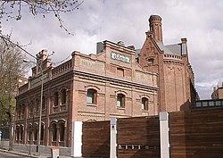 Antigua fábrica de cervezas El Águila (hoy biblioteca). Ejemplo de la arquitectura industrial de Madrid de fines del XIX y principios del XX, en el estilo llamado neomudéjar madrileño.