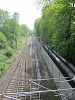 Blick von der Sievekingsallee auf der Grenze zwischen Hamburg-Hamm und Hamburg-Horn auf die Güterumgehungsbahn 2.jpg