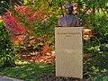 Botanička bašta Jevremovac, spomenik Nedeljku Košaninu.jpg
