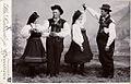 Bunadskledd ungdom fra Setesdal danser, ca 1905.jpg