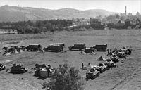Bundesarchiv Bild 101I-169-0915-24, Jugoslawien, Rastplatz deutscher LKW und Panzer H39.jpg
