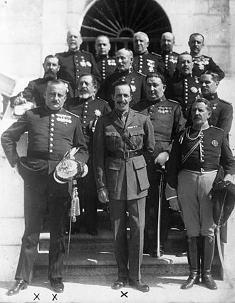 Primo de Rivera (front row left) with King Alfonso XIII and other high ranking Spanish officers. Bundesarchiv Bild 102-09412, Primo de Rivera und der Konig von Spanien.jpg