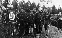 Gregor Strasser, alle spalle di Adolf Hitler e alla sinistra di Heinrich Himmler, al raduno del partito Nazista a Norimberga del 1927