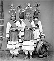 COLLECTIE TROPENMUSEUM 'Tandako' dansers en een muzikant te Pasere Maloku Celebes TMnr 10003462.jpg