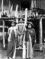 COLLECTIE TROPENMUSEUM Drie meisjes van Karo-Batak afkomst voor de ingang van een huis Noord-Sumatra TMnr 10005388.jpg