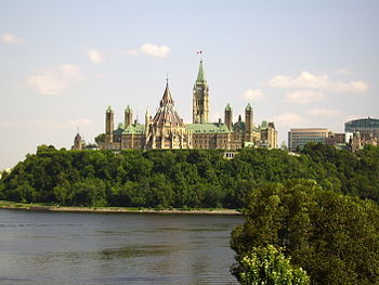 English: Canadian parliament from the Musée ca...