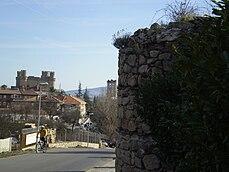 El castillo se sitúa sobre un promontorio, desde el que se divisa el casco urbano de Manzanares el Real. Al fondo, el castillo nuevo de esta villa.