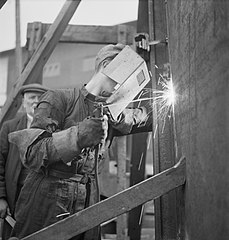Cecil Beaton Photographs- Tyneside Shipyards, 1943 DB195.jpg