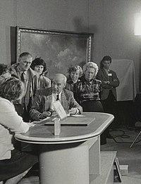 Cees van Drongelen presenteert Kunst en Kitsch in 1992.jpg