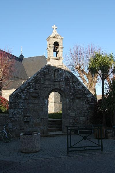 Portail reconstitué avec les pierres de l'ancienne chapelle Saint-Yves, détruite vers 1960, église Saint-Thuriau de Crach.