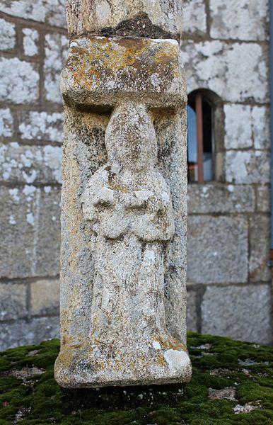 Croix du cimetière (Buléon): Sainte-Brigitte portant un renard dans ses bras