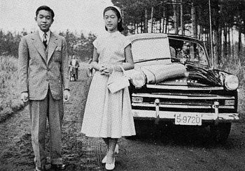 Crown Prince Akihito and Princess Suga in front of the Prince Sedan AISH-II in 1954.jpg