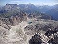 Dalla cima, vallone d'Antermoia con il lago omonimo,Sasso Lungo ,Gruppo del Sella,in basso Canazei - panoramio.jpg