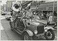 De band de Basin Straat Five opende het Zandvoortse Jazzfestival spelend in een old-timer brandweerwagen rijdend door het centrum. NL-HlmNHA 54014457.JPG