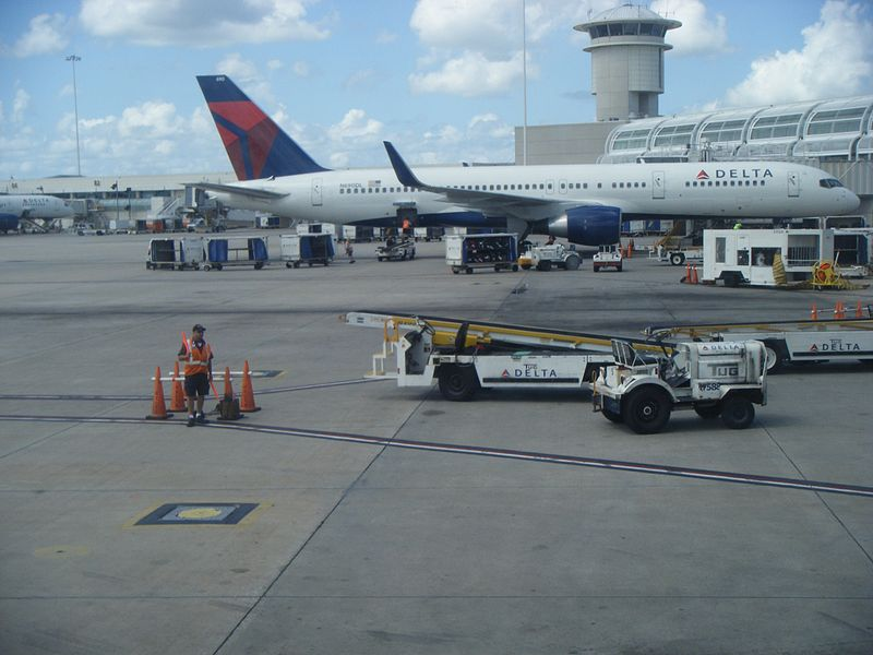 File:Delta airplanes at Orlando International Airport.jpg