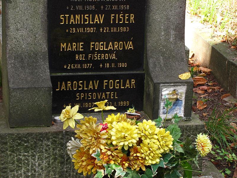 File:Detail hrobu Jaroslava Foglara.jpg
