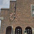 Detail voorgevel- klok, zeven over half vier en gedeelte van het klokkenspel - Waalwijk - 20350065 - RCE.jpg