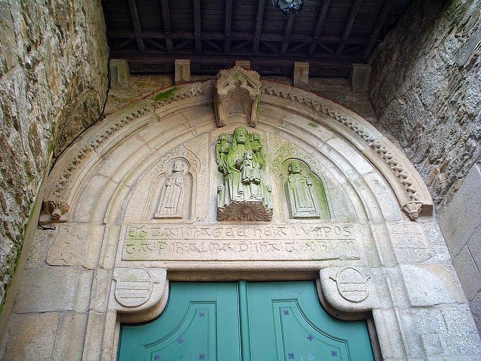 Detalle portada gotica ceminterio pequeno bonaval