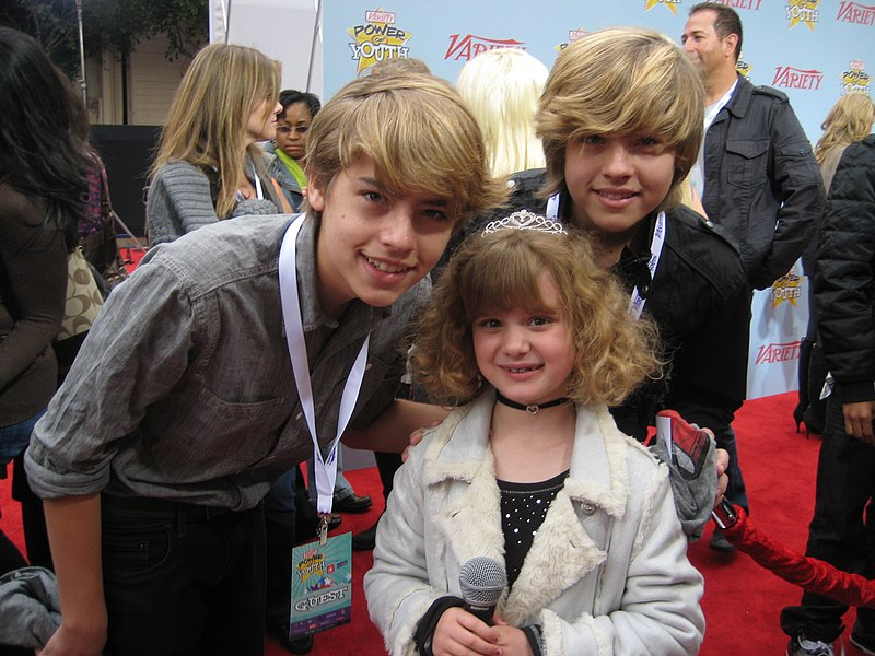 Dosya:Dylan and Cole Sprouse with Piper.jpg