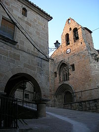 E06 Carrer de l'Església, amb l'Ajuntament i Sant Jaume.jpg