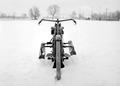 Ein Motorrad mit Skiern seitlich gesichert - CH-BAR - 3241062.tif