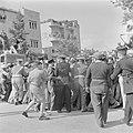 Enthousiast publiek wordt door politieagenten in bedwang gehouden tijdens de mil, Bestanddeelnr 255-0996.jpg