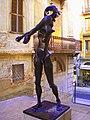 Estatua en una calle de Figueres, cerca del Teatro Museo Dalí. Gerona (España). - panoramio.jpg
