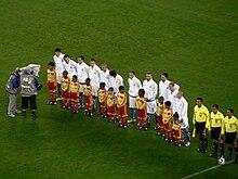 Cannavaro (primo azzurro da destra) all'esordio al campionato del mondo 2010 contro il Paraguay