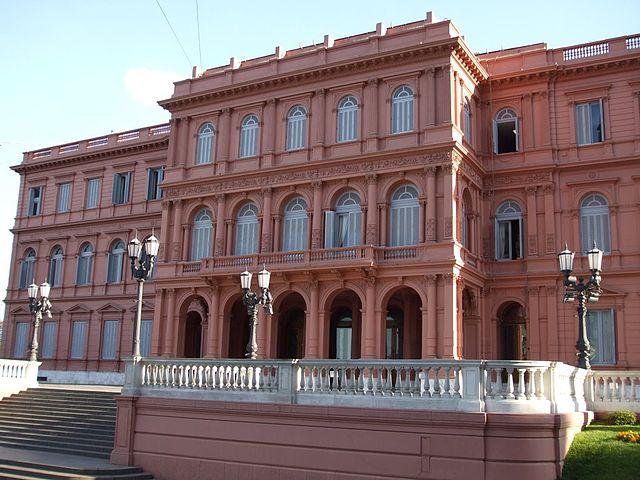 Casa Rosada 640px-Fachada_de_la_Casa_Rosada%2C_vista_desde_Av._Rivadavia