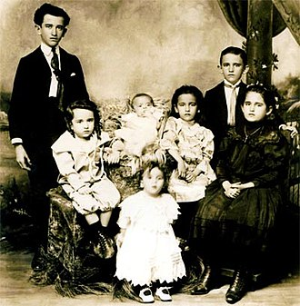 Fernando González (writer) - The children of Daniel and Pastora González: Alfonso, Daniel, Alberto, Graciela, Fernando (the philosopher) and Sofía. Standing up in front Jorge. A picture of 1907.