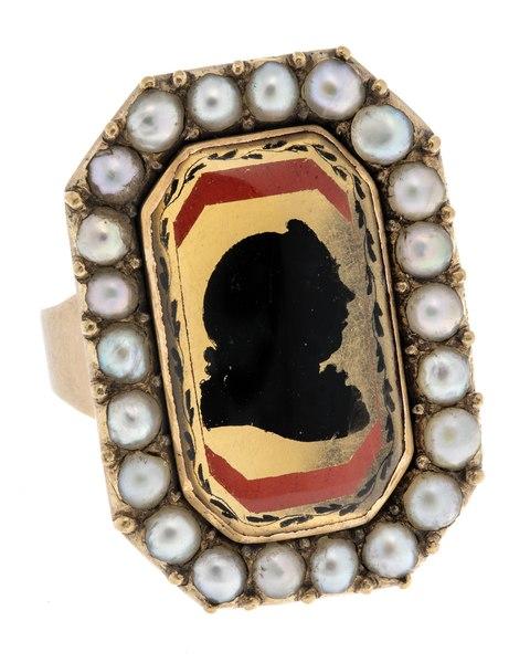Fingerring av guld med pärlor med man i glassiluett, 1803 - Hallwylska museet - 110223