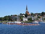 Flensburger Hafen mit Drachenboote und St. Jürgen-Kirche im Hintergrund (Flensburg 2013), Bild 01.JPG