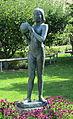 Flicka med boll av Arthur Johansson, skulptur i Malmö.jpg