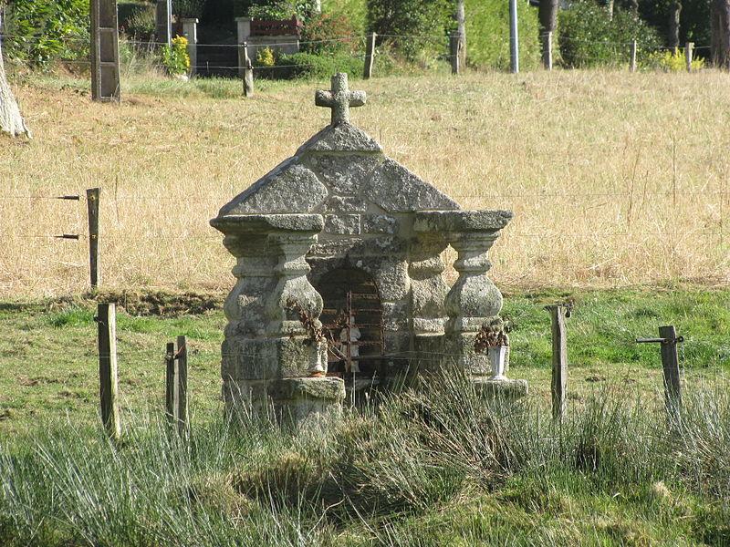 Située à 200m de la chapelle dans un champ privé