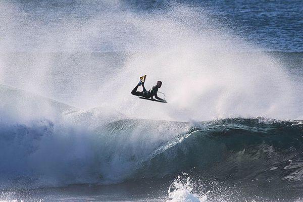 Amaury en free surf en Australie. Merci à Thurston Photo pour le cliché.