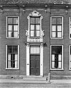 Patriciershuis ter breedte van vijf vensterassen met verdieping en dwars schilddak