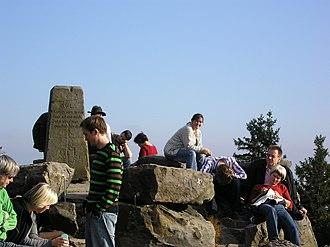 Velmerstot - Gruppe von Wanderern auf dem Gipfel der Lippischen Velmerstot