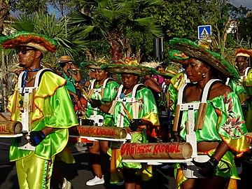 Groupe à pied dans les rues de Fort de France, carnaval, dimanche gras. (MARTINIQUE).jpg