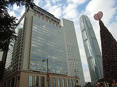 ジャーディン・ハウスとマンダリン・オリエンタル香港(左)