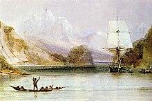 Auf einem von steilen Hügeln umgebenen Meeresarm mit hohen schneebedeckten Bergen in der Ferne steht jemand, der in einem offenen Kanu steht, auf einem von vorne gesehenen Segelschiff mit quadratischer Takelage
