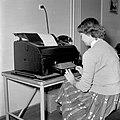 HUA-154367-Afbeelding van een informatrice van de NS te Amsterdam die per telex een aanvraag tot reservering voor de TEE doorgeeft aan het Centrale Bureau te Utr.jpg
