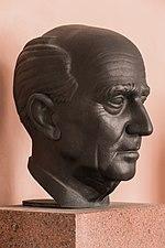 Hans Kelsen (Nr. 17) - Bust in the Arkadenhof, University of Vienna - 0290.jpg