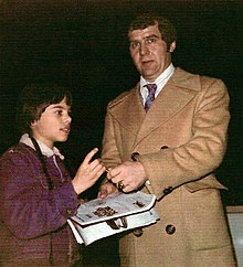 Description de l'image Harry Sinden and young hockey fan at Boston Garden (April 1, 1975)retusche.jpg.