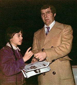 Harry Sinden - Image: Harry Sinden and young hockey fan at Boston Garden (April 1, 1975)retusche